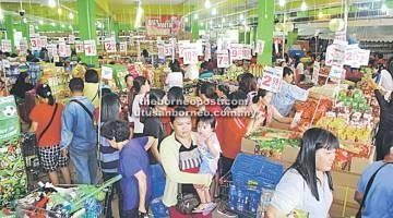 TAWARAN HEBAT: Pasar Raya Everwin Sungai Merah di Sibu kelihatan sesak dengan kunjungan orang ramai sempena Hari Keahlian yang bermula semalam.