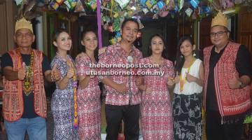TEMUI KAMI: Asese Sebeli (tengah) bersama (dari kiri) Linggi, Jring, Nini, Shiga, Riau dan Watt Zack akan menemui peminat di Taman Permai pada pelancaran album Gawai 'Malas Uti' esok.