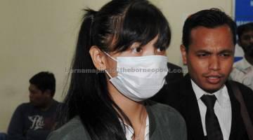 DITANGGUH: Sam bersama peguamnya keluar dari Mahkamah Trafik Johor Bahru selepas kesnya memandu secara melulu sehingga menyebabkan kematian lapan remaja berbasikal, Februari lalu, ditangguh pada 17 Mei ini untuk sebutan semula kes. — Gambar Bernama