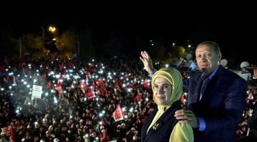 MENANG: Erdogan dan isterinya Emine meraikan kejayaan referendum bersama para penyokong di Istanbul, lewat kelmarin. — Gambar Reuters