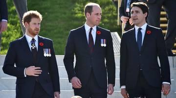 SEGAK BERGAYA: Gambar fail 9 April lalu menunjukkan Harry (kiri) dan William diiringi Perdana Menteri Kanada Justin Trudeau (kanan) semasa menghadiri upacara peringatan ulang tahun ke-100 Perang Vimy Ridge semasa Perang Dunia Pertama di Tugu Peringatan Negara Vimy Kanada di Vimy dekat Arras, utara Perancis. — Gambar AFP