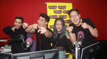 DENGARKAN KAMI: Penyampai radio Hitz.fm Kuching (kiri ke kanan) Kiyoshi, Zachary, Natasha dan Nehemia.