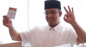 MENDAHULUI: Baswedan membuang undi semasa pilihan raya gabenor Jakarta di Jakarta Selatan, semalam. — Gambar Reuters