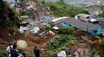 BENCANA ALAM: Pemandangan dari atas bukit menunjukkan kawasan kejiranan yang musnah dalam kejadian banjir lumpur selepas hujan lebat menyebabkan sungai melimpah di Manizales, Colombia, kelmarin. — Gambar Reuters