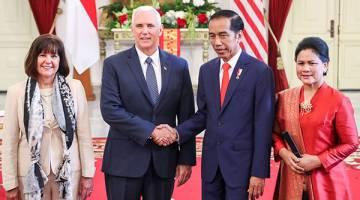 MESRA: Pence berjabat tangan dengan Widodo ketika pertemuan di Istana Merdeka di Jakarta, Indonesia semalam. — Gambar Reuters
