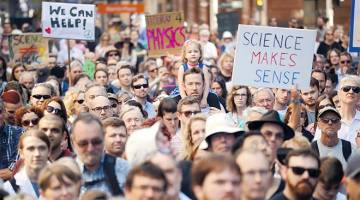 PERJUANGAN FAKTA: Para penyokong sains dan penyelidikan menyertai protes 'March for Science' di Sydney, semalam. — Gambar AFP