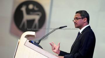 CABARAN ETIKA: Shaik Abdul Rasheed menyampaikan ucap tama beliau semasa Persidangan Etika Perniagaan AIF-FSBP 2017 di Sasana Kijang semalam . — Gambar Bernama