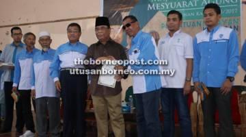 SIJIL: Yahya (enam kiri) menyampaikan sijil penghargaan kepada bekas Ahli Lembaga Pengarah Persatuan Nelayan Kawasan Kota Kinabalu.