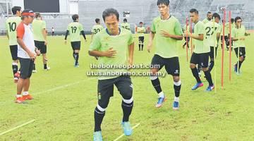 FOKUS: Pemain-pemain Sarawak gigih menjalani latihan menjelang pertemuan Liga Super menentang Kelantan di Stadium Negeri Kuching malam ini. Gambar sisipan David Usop.