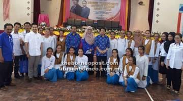 BENGKEL: Kurup bersama Noraini, guru-guru dan pemimpin masyarakat bergambar bersama-sama dengan pelajar yang mengikuti bengkel itu di dewan SK Sook.