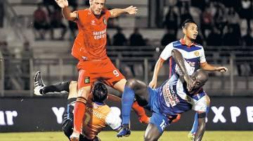 HALANG: Pemain Sarawak, Demerson Bruno Costa (kiri) dihalang penjaga gol Kelantan, Mohd Ramdhan Abdul Hamid pada perlawanan Liga Super 2017 di Stadium Negeri, Kuching malam tadi. — Gambar Bernama