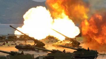 TUNJUK KUASA KETENTERAAN: Gambar tidak bertarikh serahan agensi berita rasmi Korea Utara KCNA kelmarin menunjukkan demonstrasi bedilan kereta kebal Tentera Rakyat Korea ketika meraikan ulang tahun ke-85 penubuhannya di barisan timur lapangan terbang negara itu. — Gambar AFP