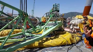 PATAH: Kren yang rosak menimpa kawasan rehat pekerja di limbungan Samsung Heavy Industries di Geoje, kelmarin. — Gambar Reuters