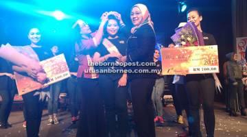 TAHNIAH: Jane (kiri) dan Hayati (kanan) sedang memakaikan tiara kepada Anasuziana (tengah) di majlis Miss Talent World Harvest Festival 2017.