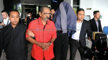REMAN: Anggota Suruhanjaya Pencegahan Rasuah Malaysia (SPRM) membawa dua suspek untuk mendapatkan perintah reman di Mahkamah Majistret Melaka, semalam. — Gambar Bernama