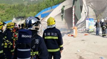 TRAGIK: Anggota penyelamat berhimpun dekat tempat kejadian di luar terowong kereta api di daerah Dafang, Kota Bijie dalam wilayah Guizhou kelmarin. — Gambar Reuters