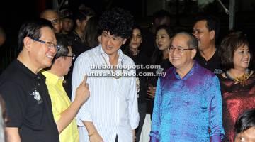 LUCU: Uggah tercuit dengan perbualan lucu bersama Phua Chu Kang serta Menteri Kerajaan Tempatan Datuk Dr Sim Kui Hian (dua kiri) dan Lee (kiri).