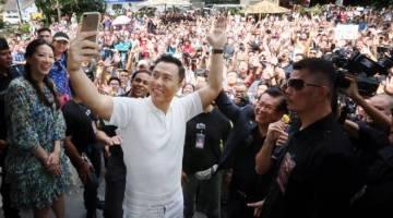 Donnie Yen sempat merakam gambar swafoto bersama para peminat di bandar raya ini