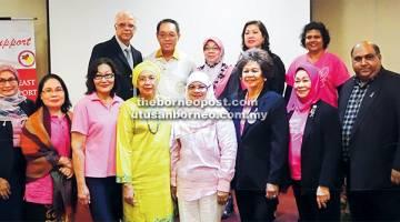 CERAMAH: Mariam (empat kanan) turun padang bersama LPPKN mengadakan ceramah di Kuching baru-baru ini bagi mendidik kaum wanita mengenai kanser payudara.