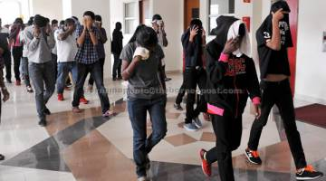 REMAN: Seramai 52 remaja dipercayai terbabit dalam aktiviti kumpulan kongsi gelap Geng 24 dihadapkan ke Mahkamah Majistret dekat Klang, semalam atas tuduhan terlibat dalam perhimpunan haram di sekitar daerah ini bulan lepas. — Gambar Bernama