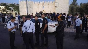 TAK BERI PELUANG: Anggota polis rejim berkawal di tempat kejadian di Pintu Damsyik, pintu masuk utama ke Kota Lama Baitulmaqdis, kelmarin. — Gambar AFP