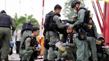 Anggota forensik dan unit pemusnah bom (EOD) Thailand berada di lokasi kejadian pengeboman pasaraya di Pattani semalam yang mencederakan 69 orang untuk mencari sebarang bukti tentang kejadian terbabit hari ini.