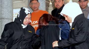 REMAN: Dua individu termasuk seorang pengurus projek Tenaga Nasional Berhad (TNB) ditahan reman lima hari berhubung dakwaan rasuah membabitkan tender pembekalan barangan pengubahsuaian pejabat TNB di sekitar Kuala Lumpur semasa dibawa ke Mahkamah Majistret Putrajaya, semalam. — Gambar Bernama