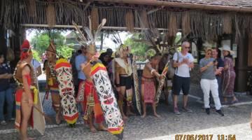 SAMBUTAN: Para delegasi menerima sambutan meriah daripada penari Kampung Budaya Sarawak semasa tiba.