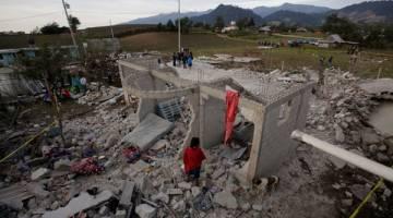 TRAGIK: Keadaan di tempat kejadian selepas gudang bunga api meletup di San Isidro, Chilchotla kelmarin. — Gambar Reuters