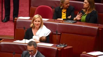 PERINTIS: Waters menyusukan bayinya dengan susu badan di Dewan Senat semasa sesi di Rumah Parlimen di Canberra, kelmarin. — Gambar Reuters
