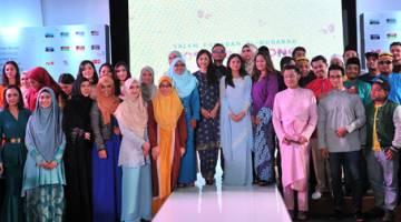KOSONG-KOSONG DARI HATI: Azlin Reza Azmi, Raqim Ahmad dan Jastina Arshad bersama barisan selebriti yang terlibat dalam program istimewa sepanjang bulan Ramadan ini di Astro. — Gambar Astro