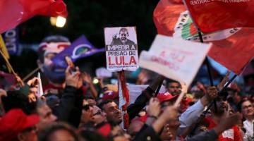 SOKONGAN PADU: Ribuan penyokong Lula berhimpun ketika Lula memberi keterangan, selepas dituduh menerima sebuah                    pangsapuri tepi laut sebagai habuan daripada syarikat pembinaan OAS, di Curitiba, Brazil kelmarin. — Gambar Reuters