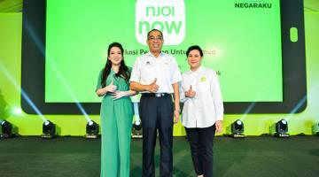 TERBAIK: (Dari kiri) Dato' Rohana Rozhan menunjukkan isyarat terbaik bersama Datuk Seri Dr. Salleh Said Keruak dan Azlin Arshad, Ketua Pegawai Operasi NJOI.