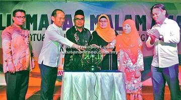 SIMBOLIK: (Dua dari kanan) Hosmawati, Salemah, Abdul Mutalib dan Jason melakukan perasmian Majlis Makan Malam Amal PIBG SMK Agama Sibu.