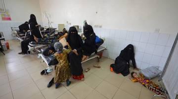 MELEBIHI KAPASITI: Seorang kanak-kanak perempuan yang dijangkiti taun terlantar di atas lantai salah sebuah hospital di bandar pelabuhan Laut Merah Hodeidah, kelmarin. — Gambar Reuters