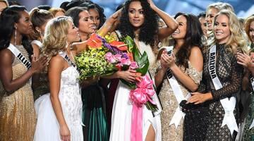 MENANG: McCullough diraikan rakan-rakan peserta yang lain sejurus dimahkotakan sebagai Miss USA 2017 di Las Vegas, Nevada kelmarin. — Gambar Reuters