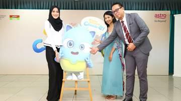 JADIJURI: Hanis Zalikha (kiri) bersama Marissa Hanafi (Pengurus Saluran Astro Ceria) dan Tuan Haji Rozman Haji Shafie Ketua Pen. Pengarah Unit Bakat Seni, Bahagian Kokurikulum dan Kesenian Kementerian Pendidikan Malaysia.