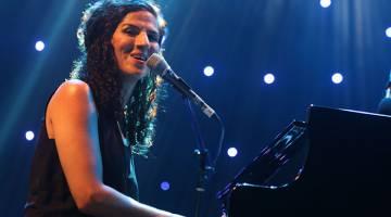 PENGHIBUR: Laila menghiburkan pengunjung dengan pianonya.