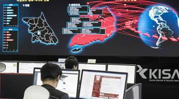 DIPANTAU RAPI: Kakitangan memantau penularan serangan siber 'WannaCry' di pusat KISA di Seoul, kelmarin. — Gambar AFP