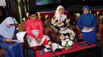 SESI SIDANG MEDIA: (Dari kiri) Hjh Zainab Yusof, YBhg Dato' Hj. Mustafa Kamal Abd Razak (Pengarah Bahagian Prgram Radio, mewakili Ketua Pengarah penyiaran), Norliza Mohd Ali dan Che Rohana Che Omar semasa sidang media bagi mengumumkan 47 program baharu yang akan ditayangkan dan diperdengarkan di RTM sepanjang Ramadan ini. — Gambar RTM