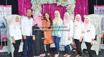 PROMOSI: Arizal (dua kiri), Lin (tiga kiri), Ifa Raziah (empat kiri), Mira serta para kakitangan MyOnlineShopes bergambar kenang-kenangan.