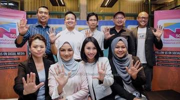 JADI DUTA: Neelofa (duduk, dua kiri) bergambar bersama Duta Belia Transformasi 2050 (TN50) yang baru diperkenalkan selepas taklimat khas media.  — Gambar Bernama