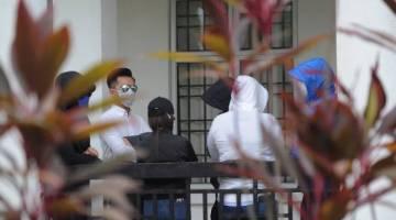 Enam tertuduh termasuk empat sukarelawan dan dua peserta program kem motivasi hadir di Mahkamah Majistret hari ini atas tuduhan bersubahat dengan aktiviti kelakuan lucah dan tuduhan berbogel di sebuah resort pada 21 Januari lepas.- Foto BERNAMA