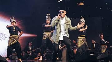 MENGHIBURKAN: Altimet menyampaikan lagu 'Bangkit' semasa 'Konsert 7117' di Angkasapuri baru-baru ini.