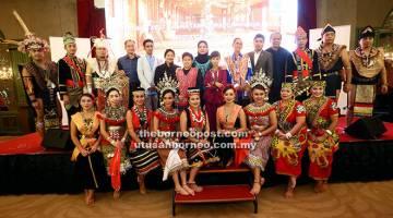 DIPERKENALKAN:  Zahariah (belakang, tengah) dan pengurusan Petronas bersama sebahagian pelakon 'Siapa Jojo'.