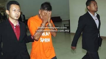 DIREMAN: Suspek dieskot pegawai penguat kuasa SPRM keluar dari kamar perbicaraan Mahkamah Majistret.