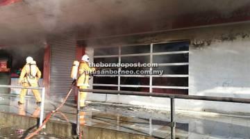 USAHA: Anggota bomba berusaha memadamkan kebakaran di bahagian dalam restoran terbabit.