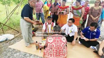 KELAI: Safiee (duduk, kiri) bersama yang lain ketika berada dalam upacara 'Miring' simbolik sambutan Gawai.