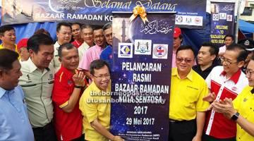 RASMI: Dr Sim (empat kiri) selesai merasmikan Bazar Ramadan Kota Sentosa dalam kawasan MPP di Kuching semalam.                                       Turut kelihatan Lo (dua kanan) dan yang lain.