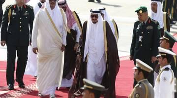 DAHULU MESRA: Raja Arab Saudi Salman Abdulaziz (tengah) menyambut ketibaan Sheikh Tamim sempena sidang kemuncak negara-negara Arab dan Amerika Selatan di Riyadh pada 10 November, 2015. — Gambar Reuters